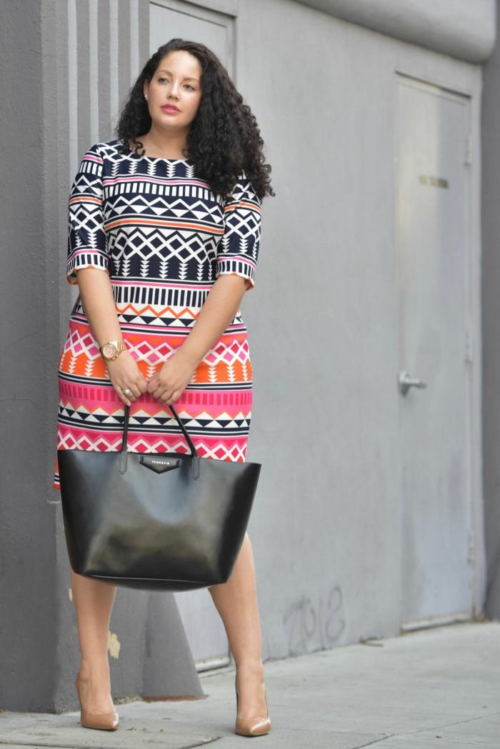 robe grande taille femme, motifs géométriques, sac noir, montre tendance, tenue stylée femme ronde