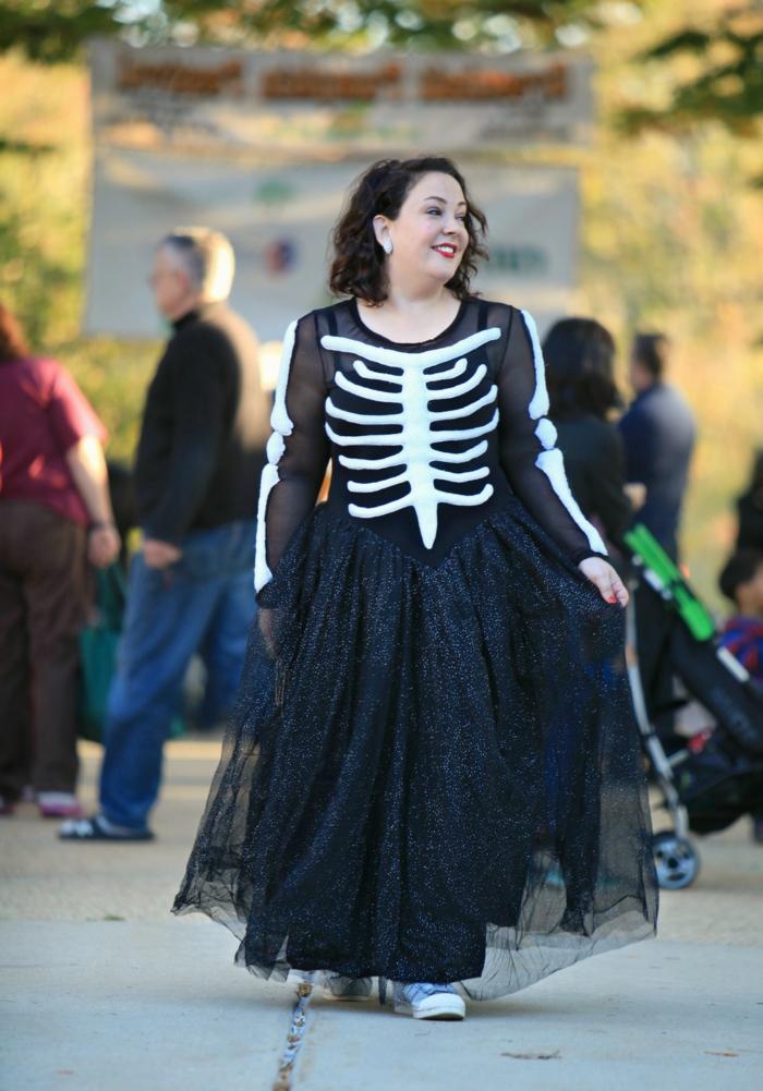 vetement femme ronde, jupe noire, robe en tulle, dessin squelette, look femme chic