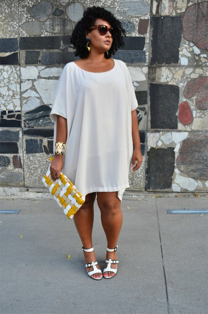 robe blanche, sac en jaune et blanc, sandales blanches, robe fluide streetstyle