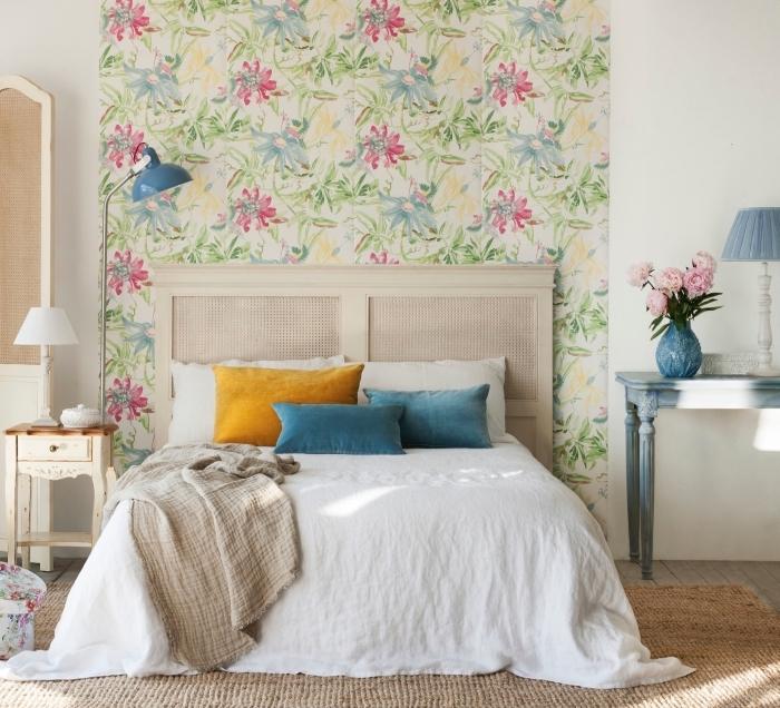 une chambre à coucher beige d'esprit shabby chic avec tete de lit papier peint végétal aux motifs doux et raffinés