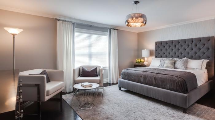 chambre blanche et grise simple et élégante, luminaire chic en métal, fauteuils gris clairs