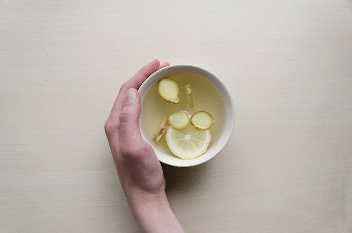 Nettoyer les intestins avec du citron thé avec gingembre detox ventre plat boisson gourmande