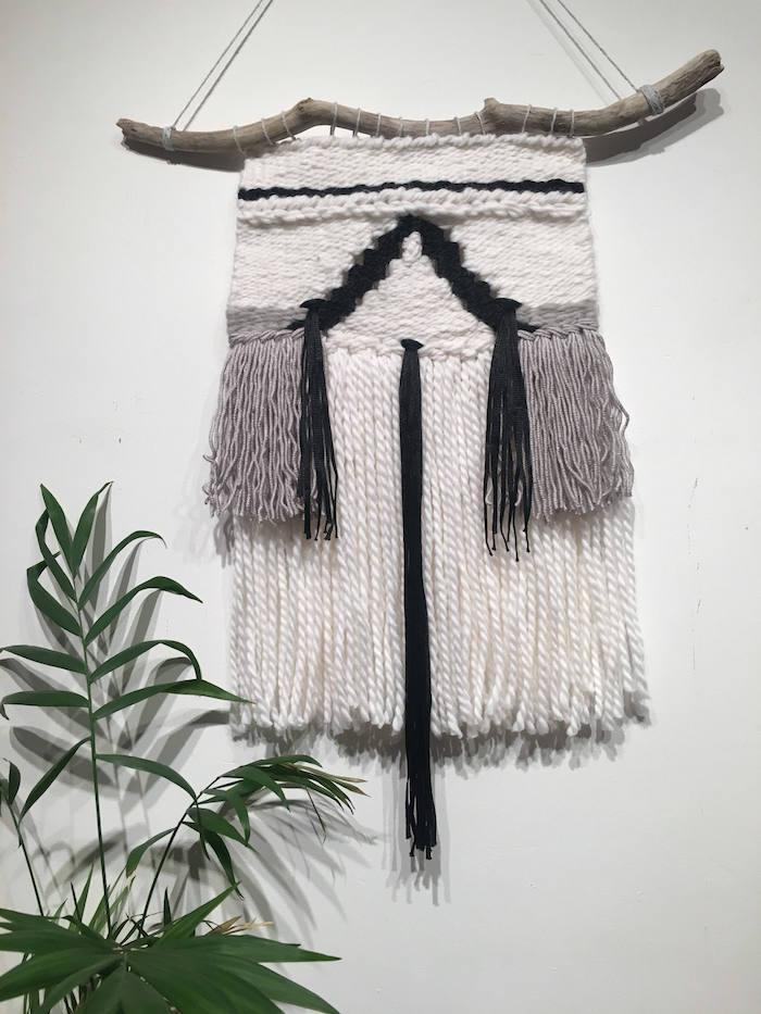 petite tenture murale macramé blanc tissé en laine avec bois flotté suspendu