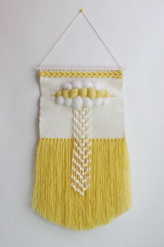 tisser macramé en laine jaune et blanc comme déco sur mur