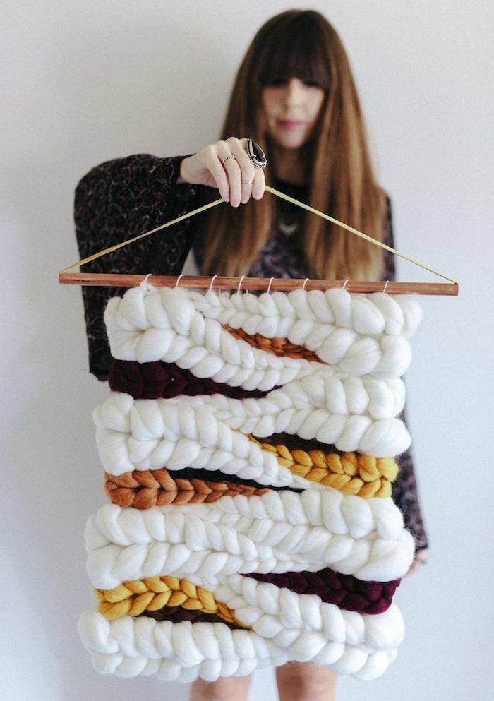 photo grand macramé fait main en laine avec vagues en reliefs
