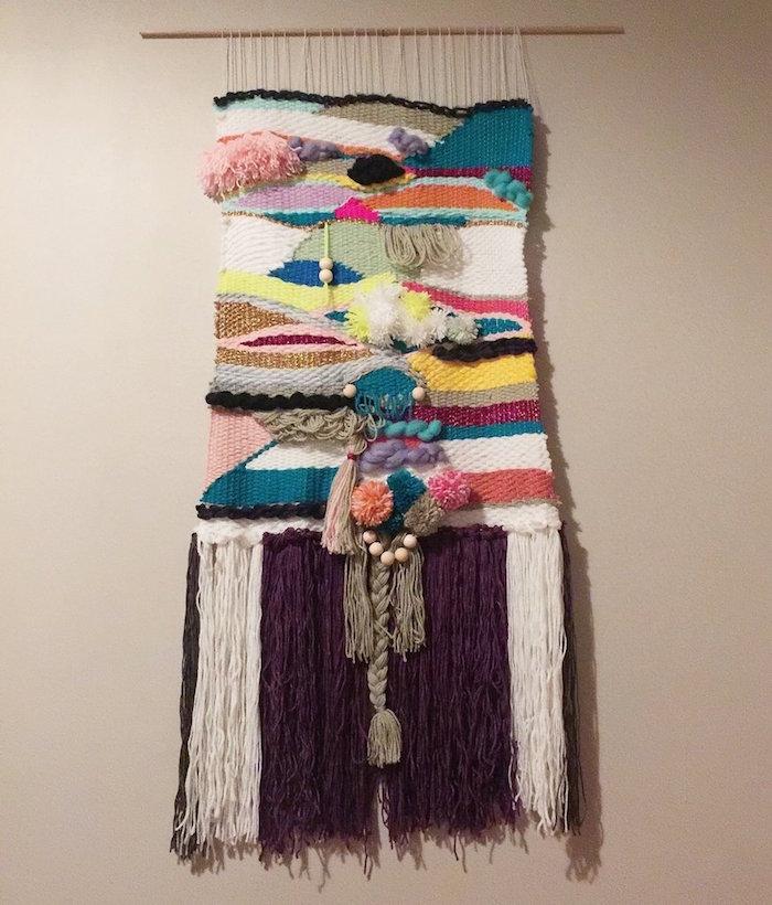 modele macramé original en laine avec tissage en couleurs et reliefs