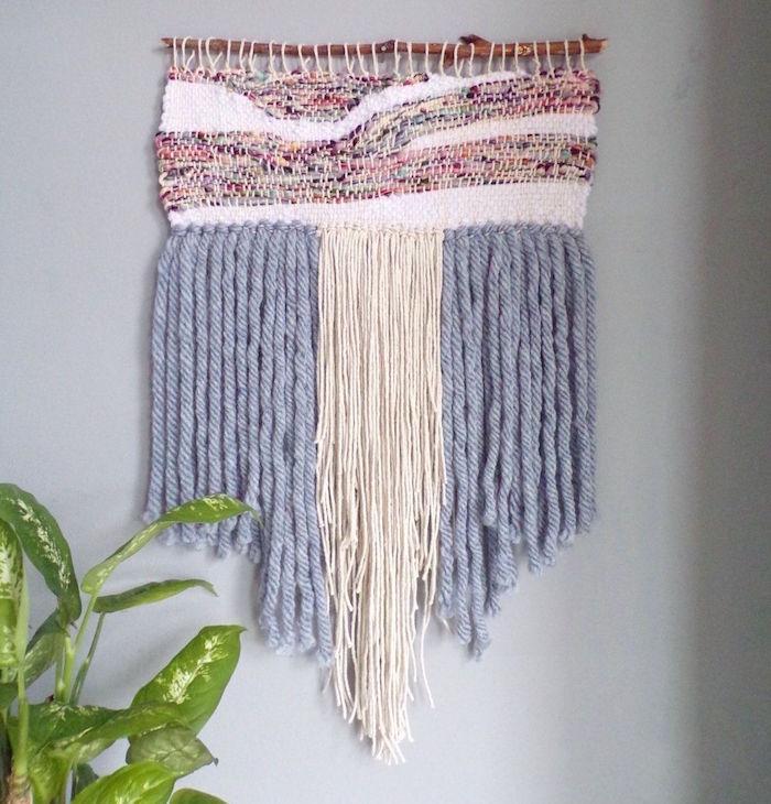 modele de macramé fait maison en laine avec tissage blnc rose et bleu