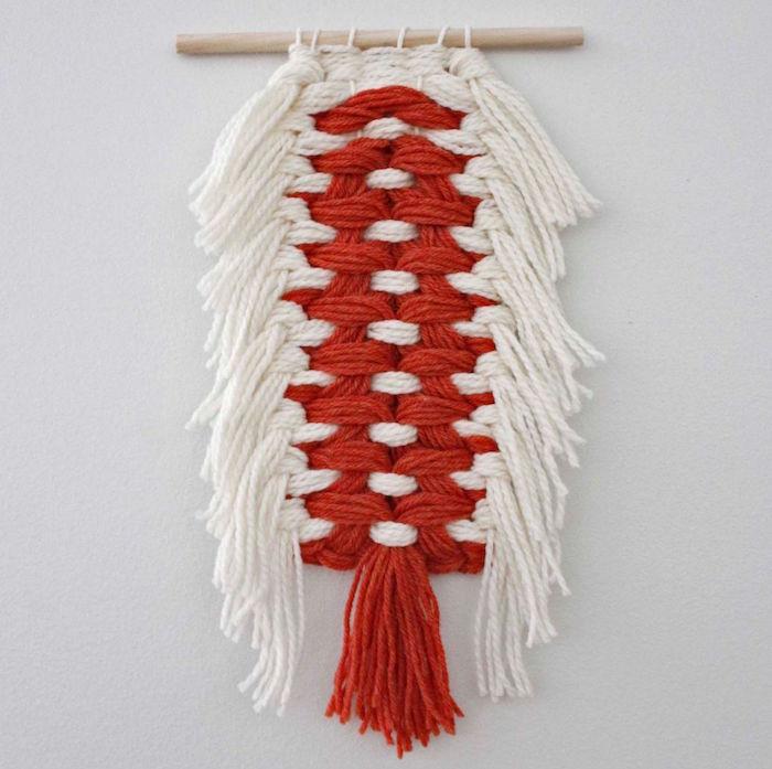 décoration murale en laine tissée rouge et blanc style macramé