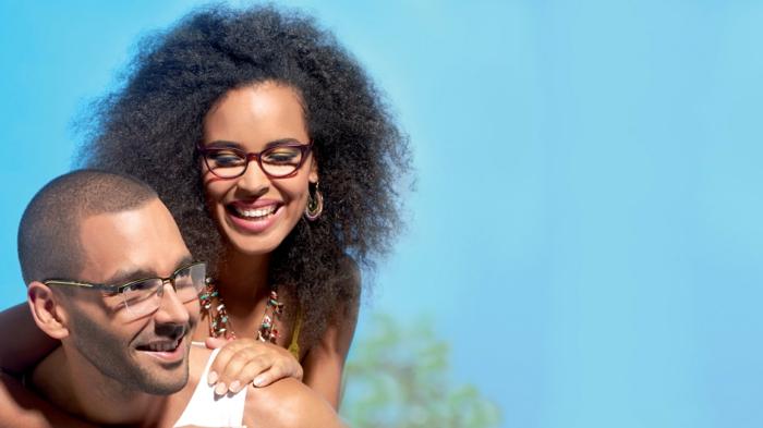 monture de lunette homme avec effet semi-transparent, lunette de vue tendance, lunette homme au look sportif accompagné d'une jolie femme d'origine africaine aux lunettes œil de chat en bordeaux