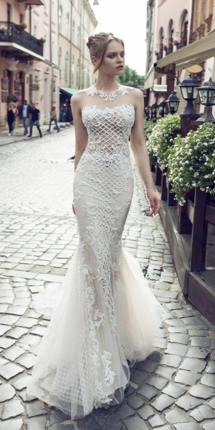 robe de mariée sirene, robe sirene mariage, robe de mariée fourreau, bustier en dentelle et arabesques, femme marchante dans la rue