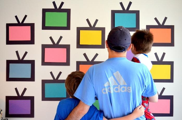 bricolage fête des pères pour tout petit, mur de télé en papier, boites colorées avec antennes noires