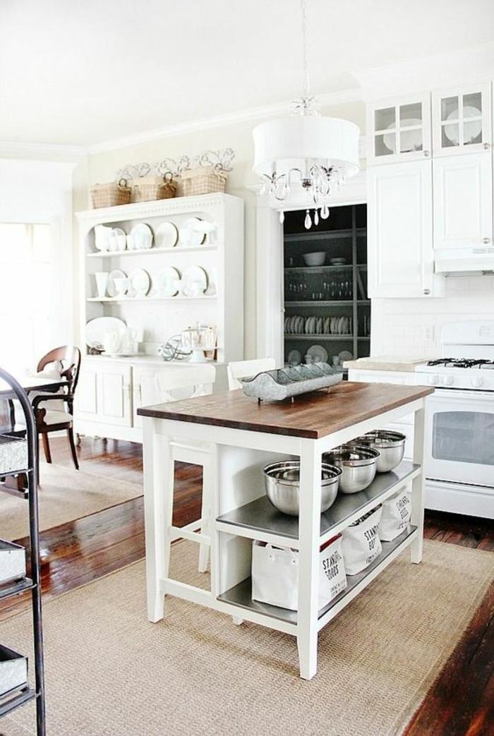 amenagement de placard, idée rangement cuisine, îlot central avec des étagères blanches pour ranger les casseroles, etagere cuisine blanche murale, placards en style classique tout blanc