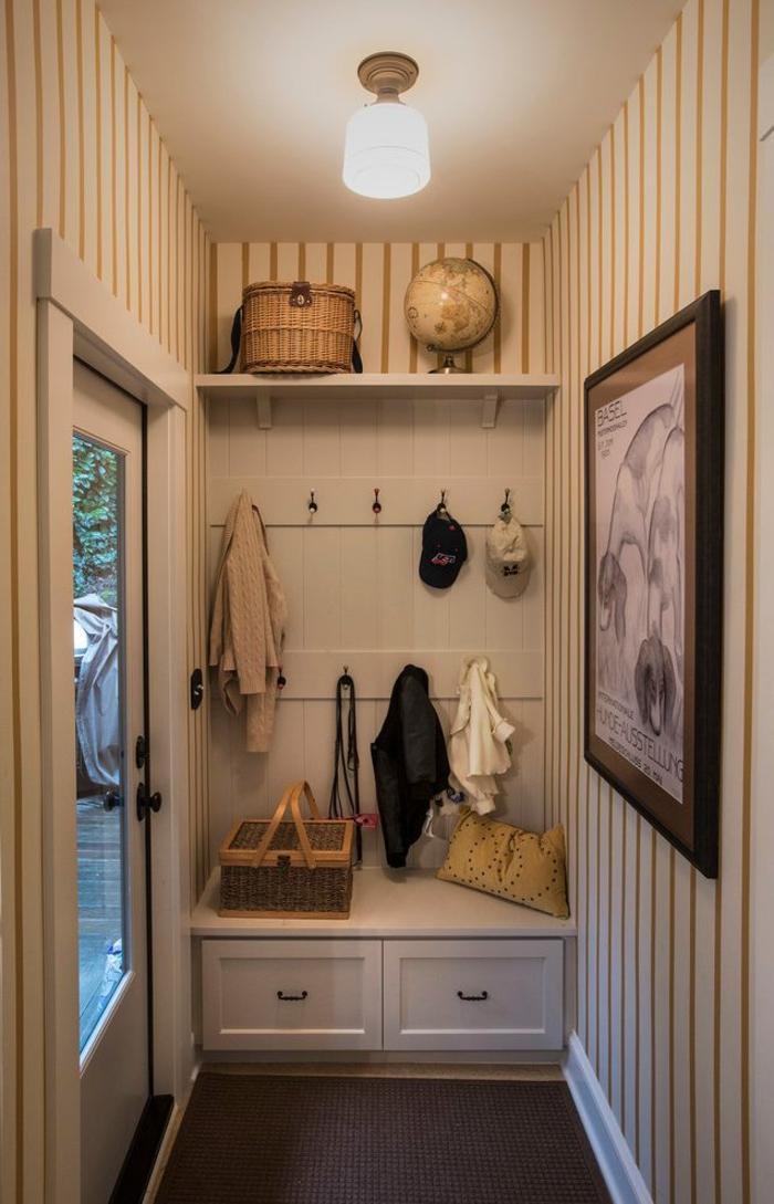 entrée beige taupe, étagère entrée chic avec accroche-vêtement, entrée étroite, papier peint rayé
