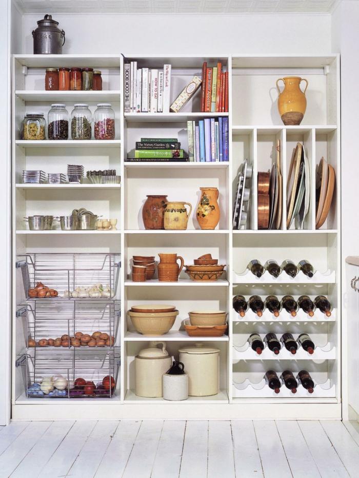 amenagement de placard, meuble cuisine rangement, idée rangement cuisine, sol recouvert de parquet peint avec de la peinture blanche, rangement placard