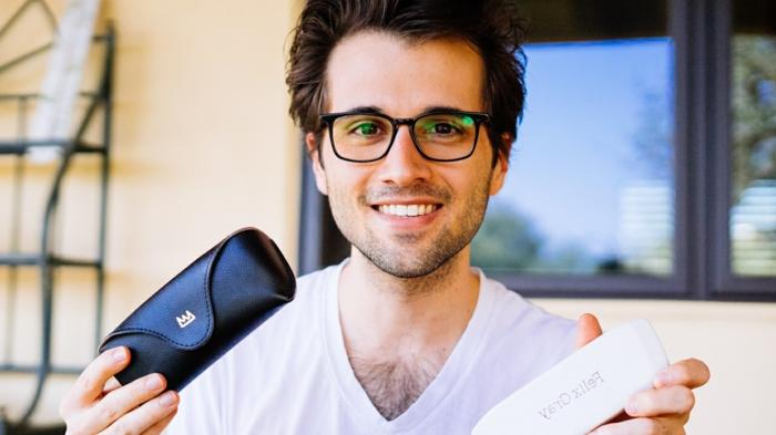 monture lunette homme en plastique noire, marque Felix Gray, jeune homme au T-shirt au col en V blanc, lunette de vue tendance