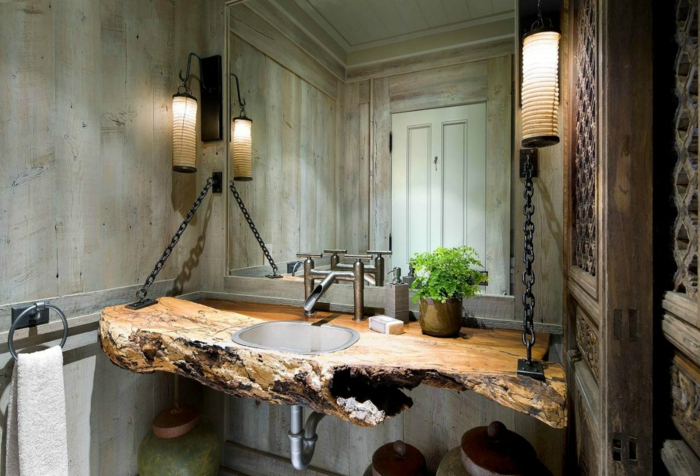 plante interieur, plante grimpante interieur, salle de bain verte, meuble lavabo réalisé en tronc d'arbre aux formes irrégulières retenue par deux chaines latérales en métal noir