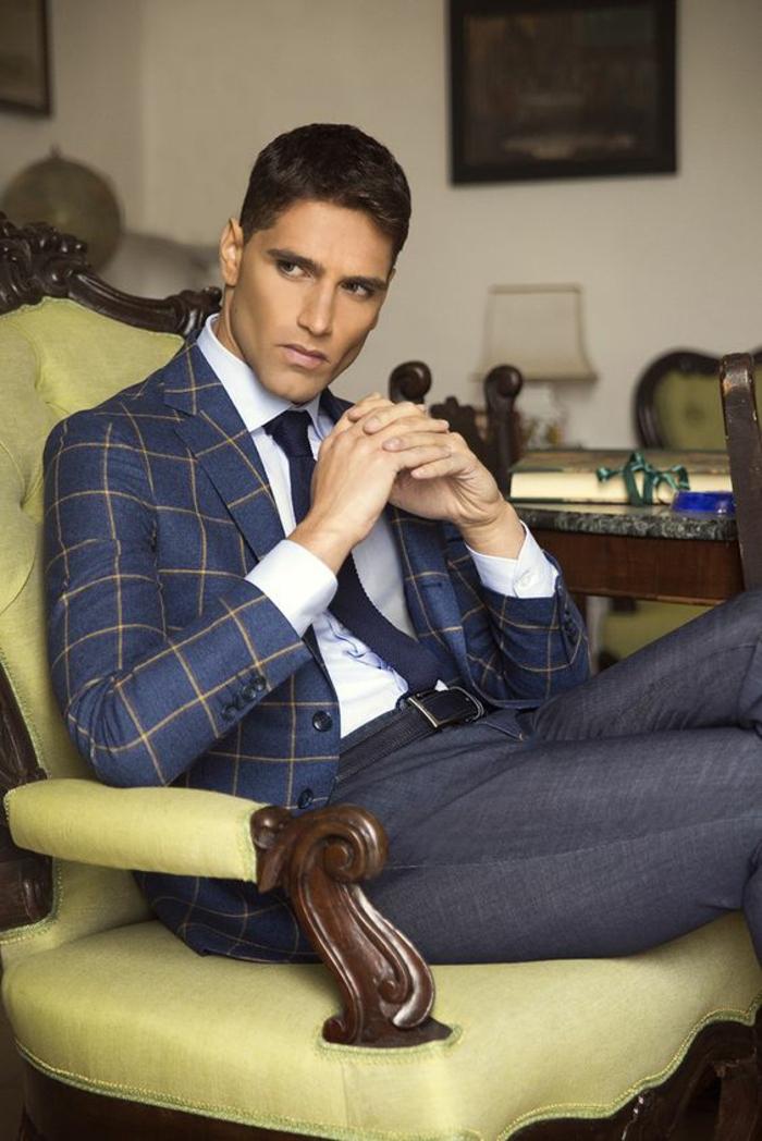 veste bleu nuit a carreaux beiges, cravate étroite en bleu nuit, vetement homme marque, pantalon en gris, chemise blanche, ceinture noire