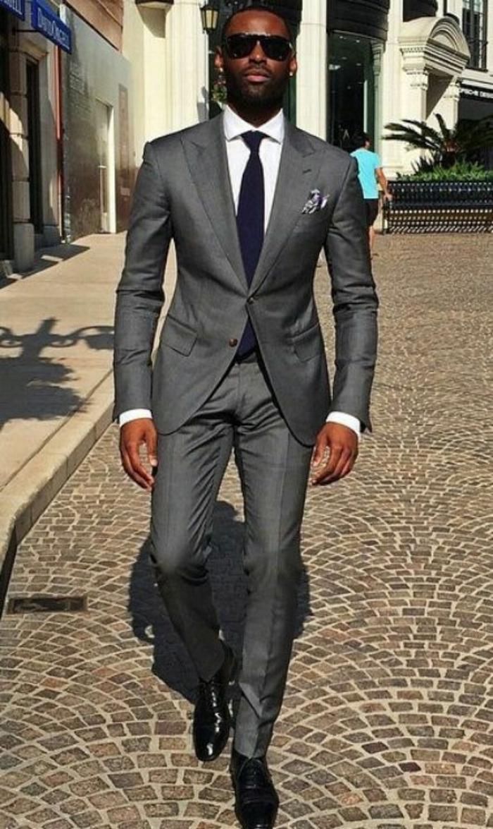 vetement pour homme, costume en gris finition tissu irisé, chemise blanche, cravate noire, chaussures classiques lustrées noires avec des lacets, mouchoir pochette en noir et blanc