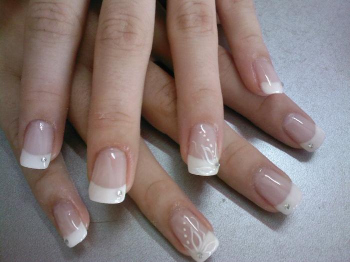 ongle french carré, manucure bien polie et soignée, forme des ongles extravagante