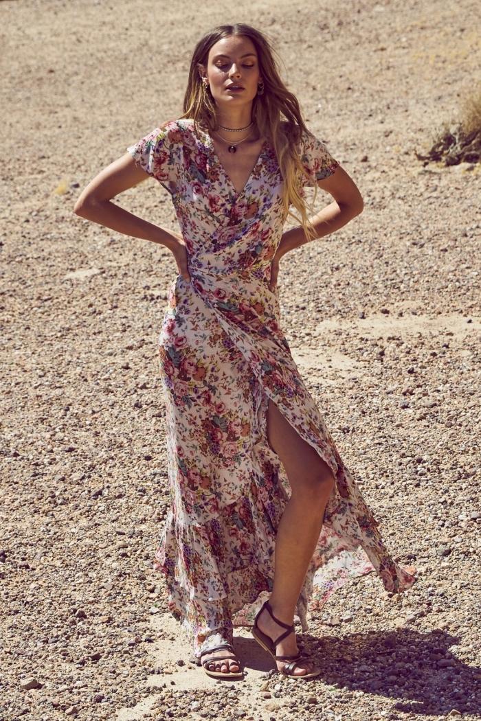 femme de style bohème chic avec une robe longue à design asymétrique et motifs floraux portée avec une paire de sandales plates