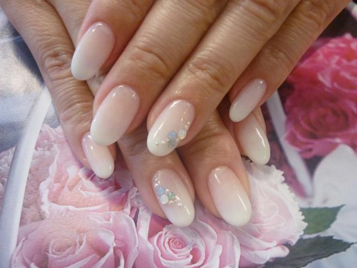 ongles ovales en vernis gel, bijoux brillants mais discrets, nail art mariage professionnel