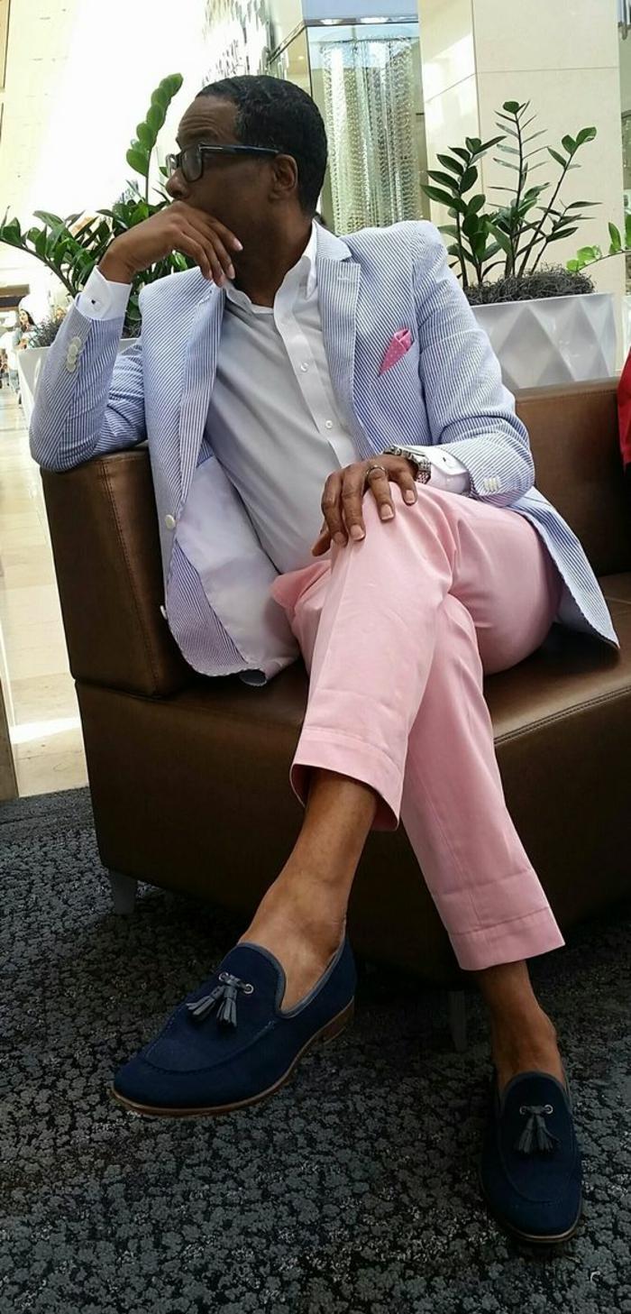 homme en veste bleue coton a rayures fines verticales, marque vetement homme tendance, mouchoir pochette rose, pantalon rose, chemise blanche, mocassins bleu roi