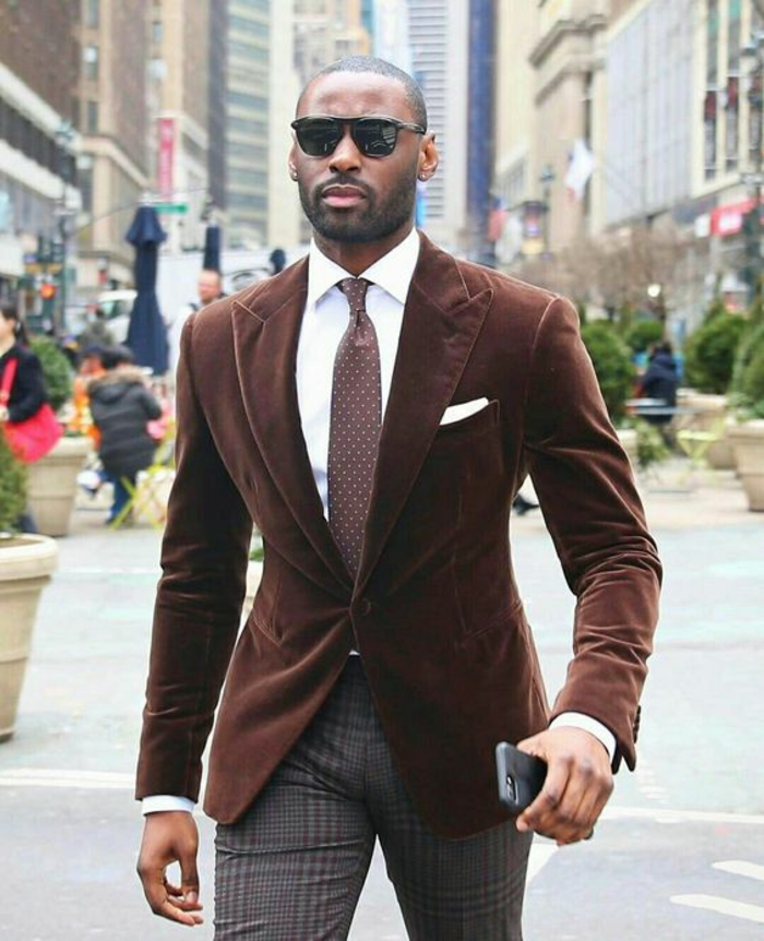 look en marron et taupe, vêtement homme classe, veste un bouton en velours marron, cravate marron, chemise blanche, pantalon carreaux marron et gris