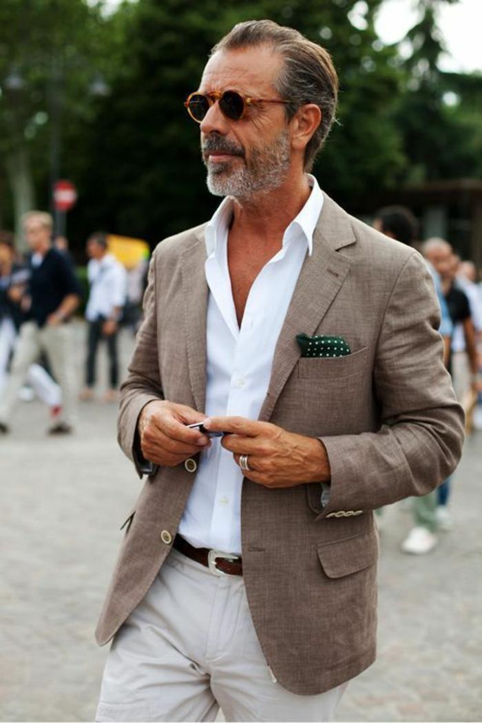 marque vetement homme tendance, veste marron clair, chemise blanche, pantalon noir, ceinture marron, mouchoir pochette vert a pois blancs