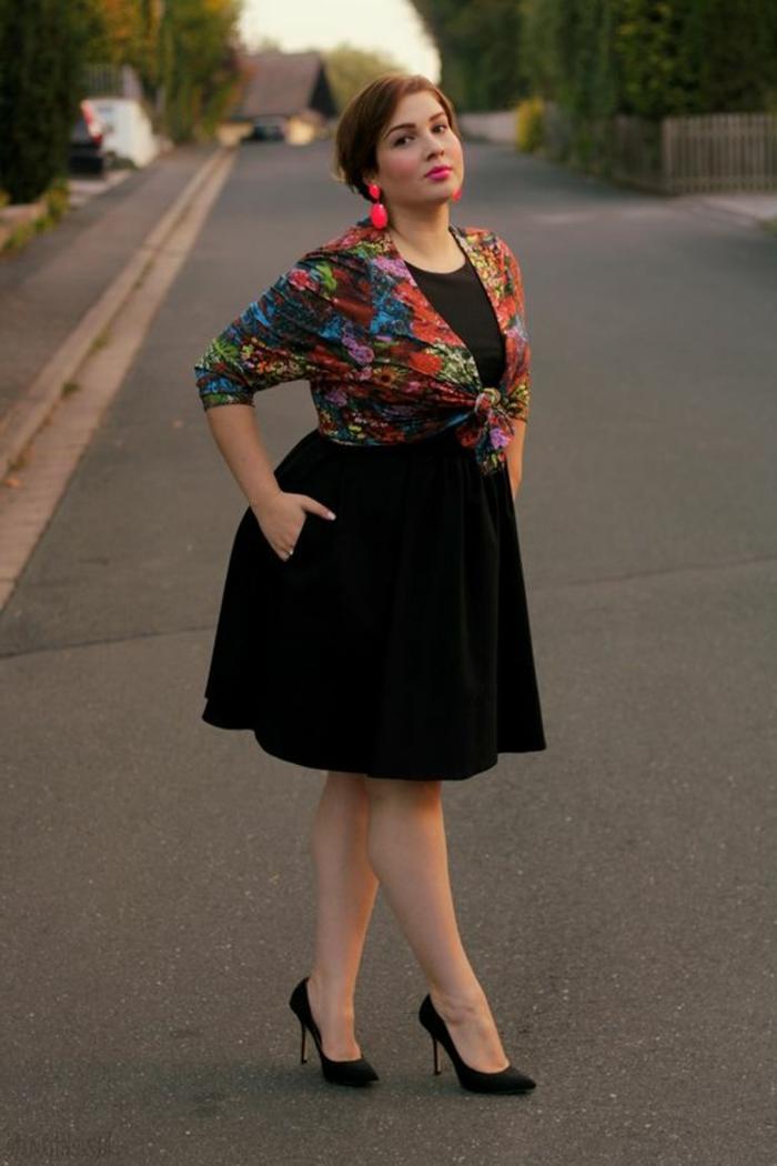 robe noire pour femme ronde, gilet floral, style de tous les jours pour les femmes rondes