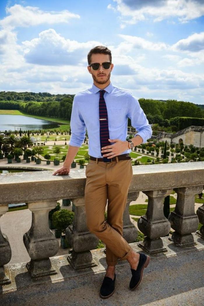 marque vetement homme tendance, chemise bleu pastel, pantalon marron clair, espadrilles bleues avec semelles marron, cravate noir aux motifs rouges