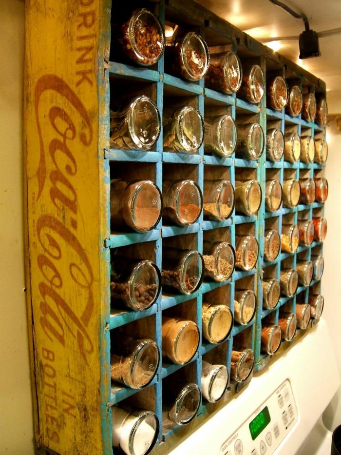idée rangement cuisine avec un vieux caisson de boisson gazeuse Coca Cola repeint avec effet usé pour obtenir une allure vintage, etagere cuisine, meuble de rangement cuisine