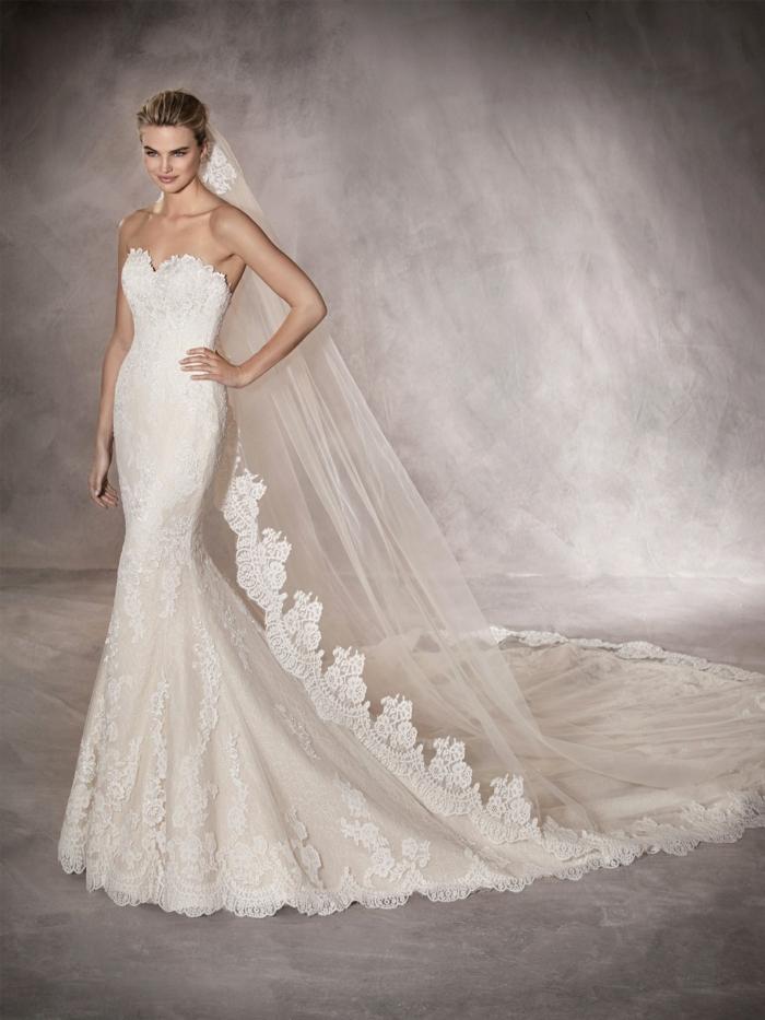 robe de mariée moulante, robe de mariée bustier, ambiance neutre, mariée classe, silhouette accentuée avec des éléments en dentelle
