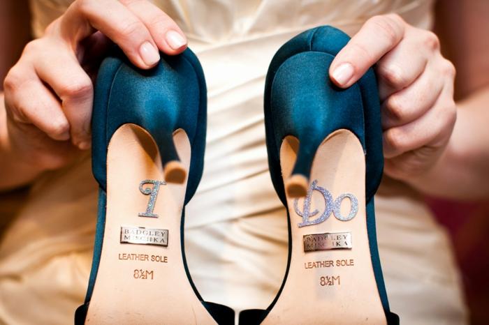 escarpin mariage, chaussure mariee, chaussure femme mariage en bleu canard, satin, semelles en lettres argentées, robe en couleur ivoire
