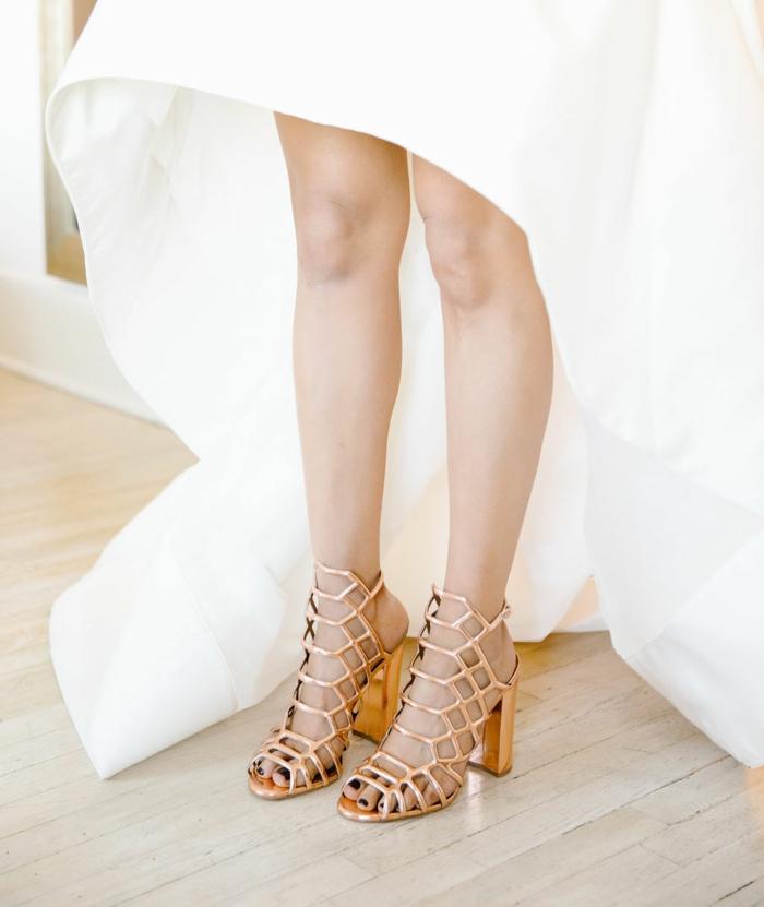 chaussure de mariée confortable, couleur bronze, talons carrés, motifs décoratifs ruches, motifs géométriques, robe blanche, ongles avec laque noire