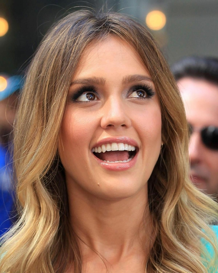 tie and dye miel, sombré hair coiffure jolie d'une jeune star, Jessica Alba