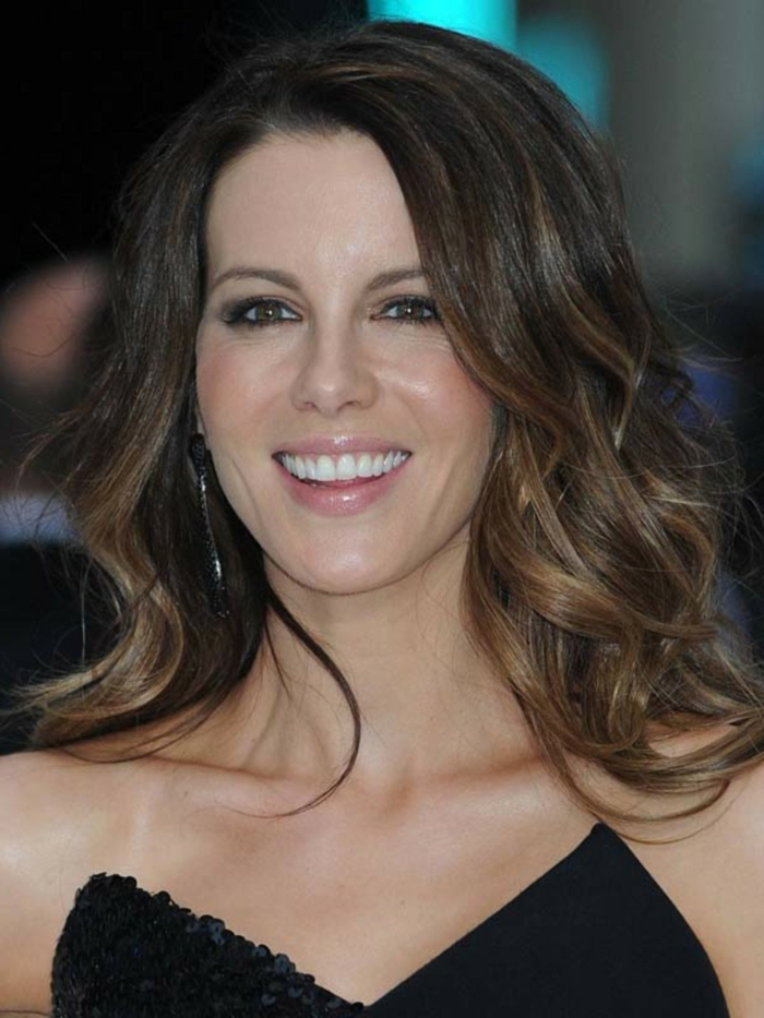 tie and dye chatain dans les cheveux de Kate Beckinsale, cheveux ondulants