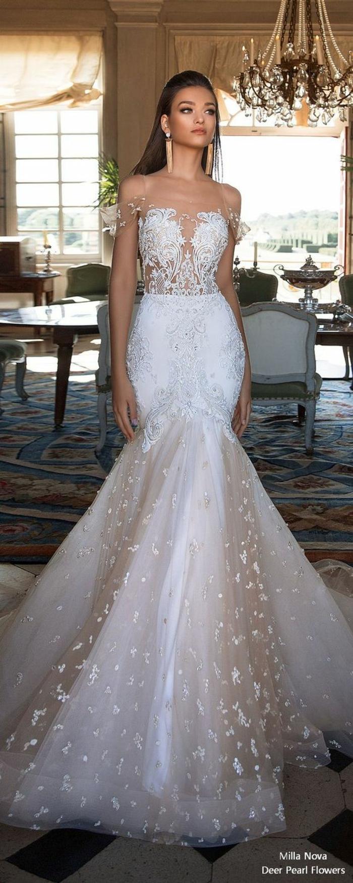 robe de mariée moulante, robe mariage sirene, robe sirène dentelle, bustier rendu précieux avec des éléments en fil argenté, pétales au fil d'or sur toute la longueur de la jupe
