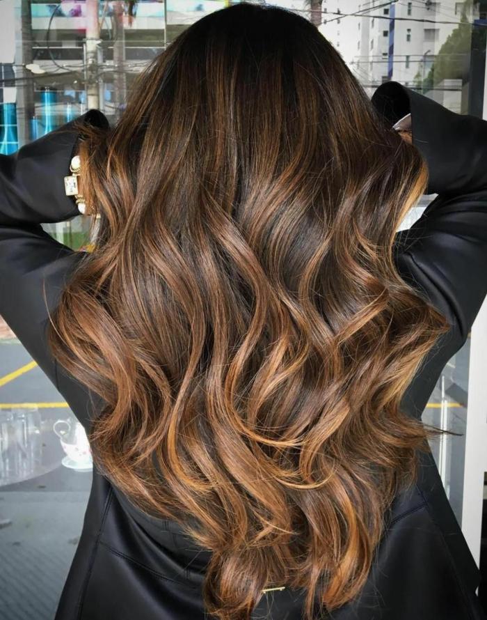 ombré hair, cheveux longs bouclés, veste noire, longs cheveux ondulés aux nuances cuivrées