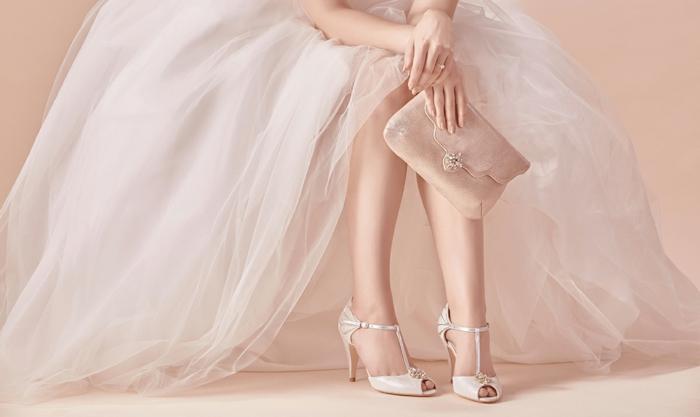 chaussure mariage ivoire, chaussure femme mariage avec talons aiguilles, bouts arrondis, petite ouverture, doigts avec laque nude, petit sac pochette couleur ivoire