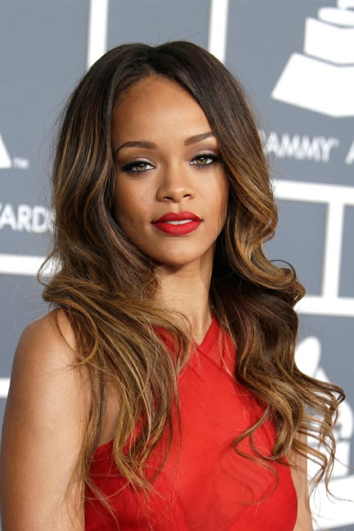 tie and dye chatain, Rihanna, chevelure magnifique, rouge à lèvres rouge