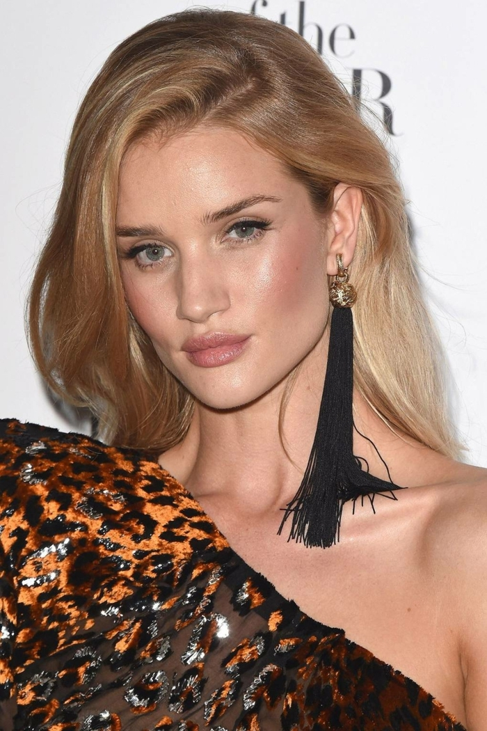 ombré hair miel de Rosie Huntington, coloration cheveux bronde, boucles d'oreille franges