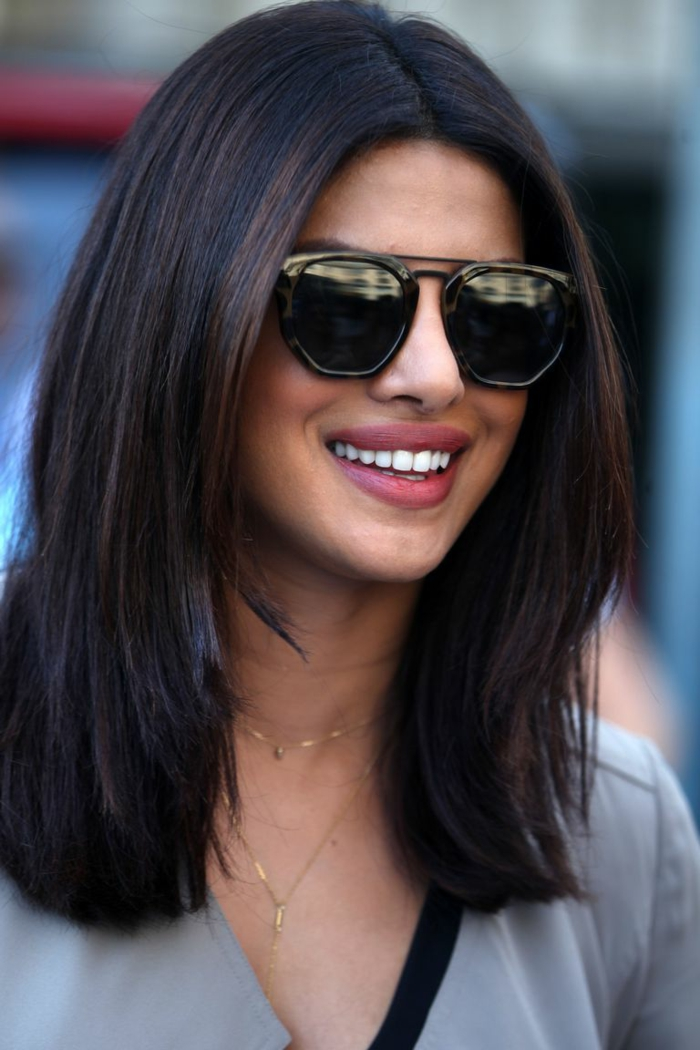 ombré hair brune, cheveux lissés, maquillage léger et lunettes tendance