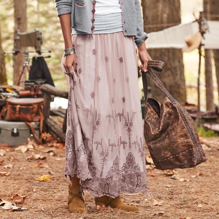 idée comment assortir une tenue hippie chic en jupe longue rose poudré avec sac à main de cuir marron et bottines en velours camel