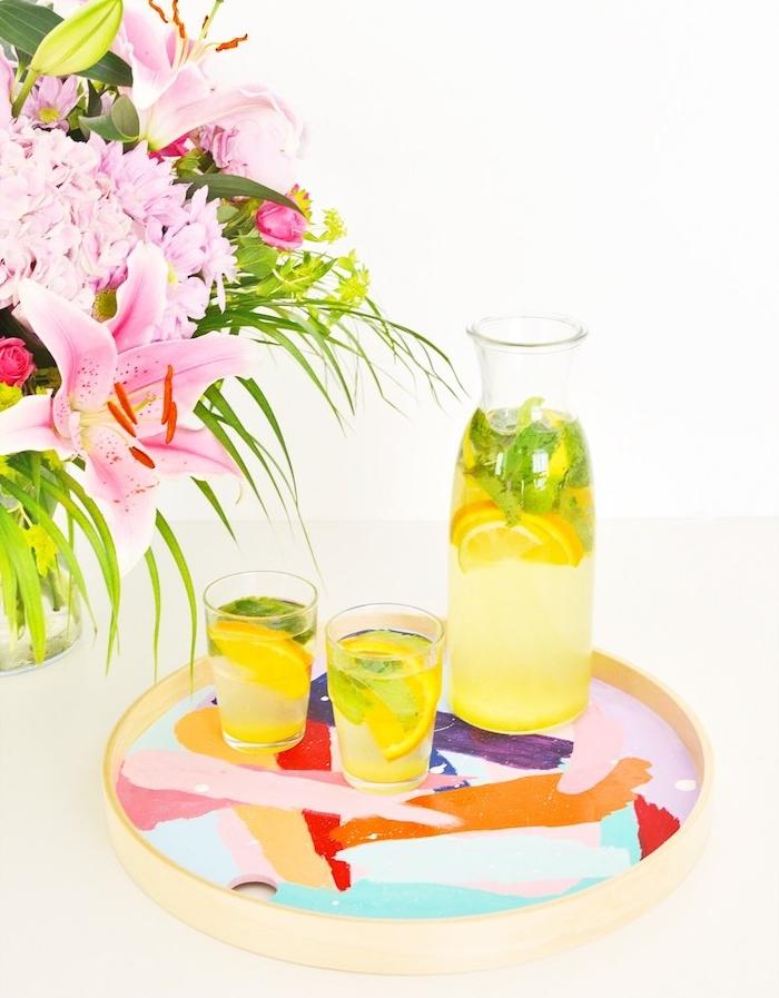 tableau de service en bois décoré de touches de peinture colorée, servir limonade, bouquet de fleurs dans un vase, activite manuel