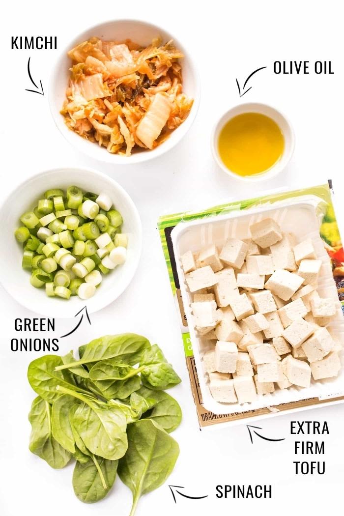 recette facile de tofu brouillé au kimchi, oignon et épinards préparé en peu de temps, régime vegan recette minute