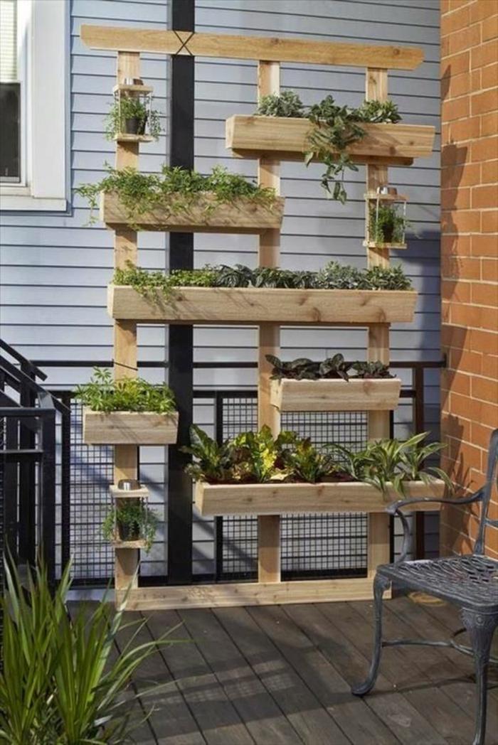 deco mur exterieur, porte-plantes rectangulaires en bois clair avec des plantes vertes, décoration de terrasse en bois