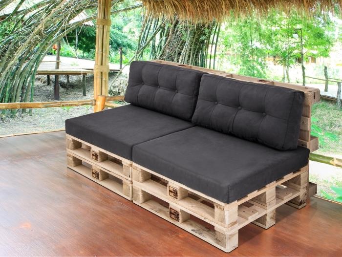déco de style oasis tropical sur une terrasse au sol de bois marron avec toit en paille et mobilier diy en bois