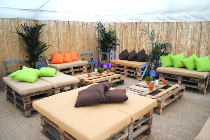 palette bois deco tropicale avec plantes vertes et meubles en bois DIY, déco de style oasis avec coussins colorés