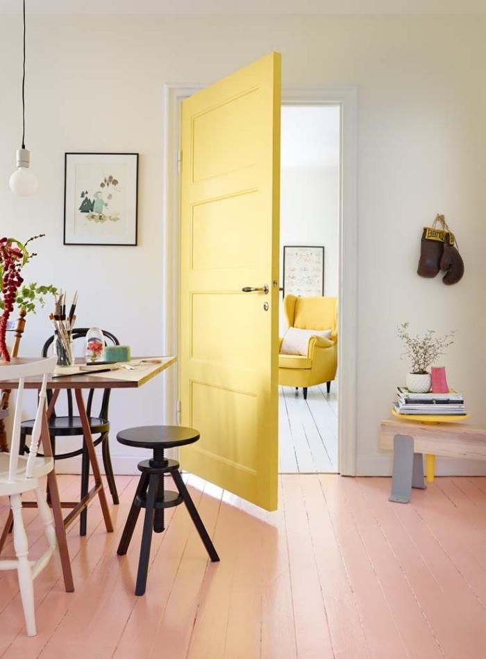quelle couleur peinture bois interieur choisir pour une porte d'intérieur, intérieur scandinave aux accents jaune où la porte se fait un élément décoratif