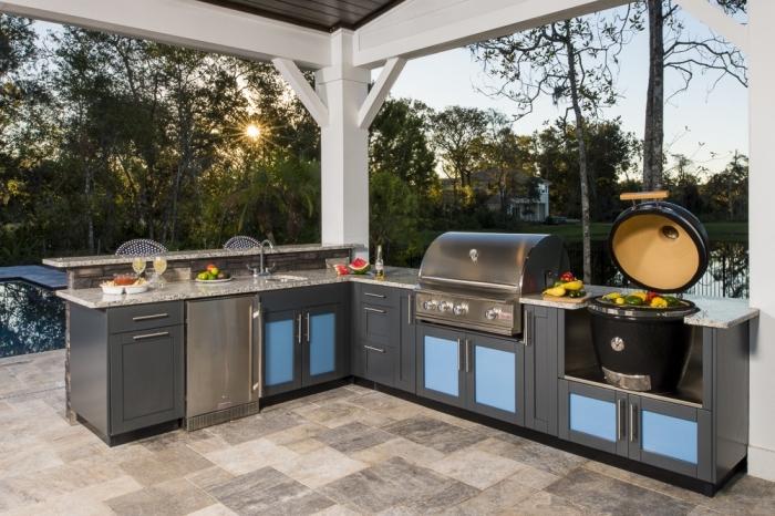 déco de cuisine en l avec modules en bois solides et plan de travail en granite, équipement de cuisine en acier inoxydable